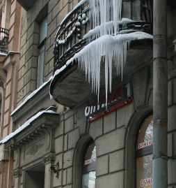 Глыба льда, упавшая с крыши на Лиговском, чуть не убила прохожего