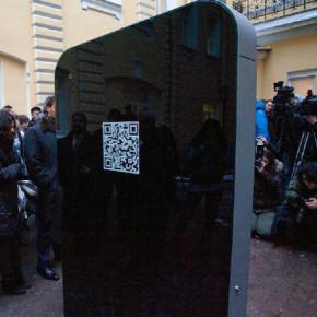 Памятник Стиву Джобсу в Санкт-Петербурге: помимо QR-кода еще и гигантский iPhone