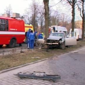 ДТП в Александровском парке: водитель праворульного Nissan'а снес ограждение