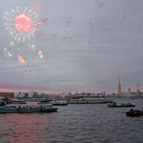Салют 9 мая прогремит у Петропавловки, в Ломоносове и Кронштадте