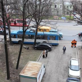 ДТП у Московских ворот: троллейбус снес рекламный щит и врезался в дерево