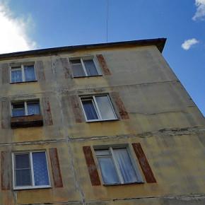 В Колпино с пятого этажа выпал двухлетний малыш