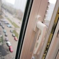 На Миргородской из окна выпала двухлетняя девочка