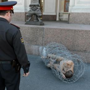 Обмотавшийся проволокой Павленский временно отпущен на свободу