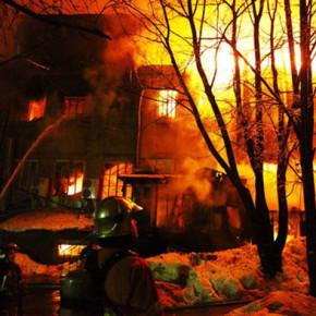 Пожар в Красном Селе: ночью горел полурасселенный дом