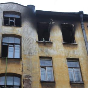 В пожаре на Петроградке пострадали четверо жителей коммуналки