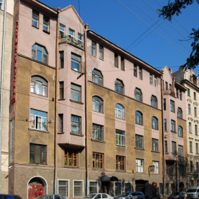 На Петроградской стороне из окна выпал 3-летний мальчик и погиб