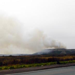 Пожар на южной свалке на Волхонском шоссе тушат с вертолетом