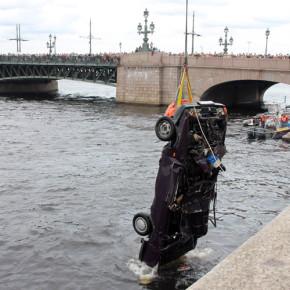 Упавшую в Неву с Троицкого моста машину подняли в расплющенном виде