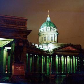 У Казанского собора, где сегодня праздник, ночью зарезали мужчину