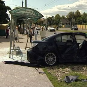 На Бассейной BMW протаранил остановку с 4 пешеходами