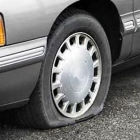 На дамбе 25 автомобилей прокололи шины: в ГИБДД рассказали почему