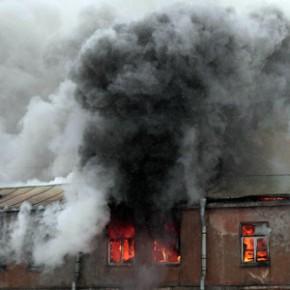 Пожар на Уткином: горел расселенный 4-этажный дом