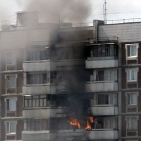Из-за ночного пожара в жилом доме на Ударников эвакуировали 36 человек