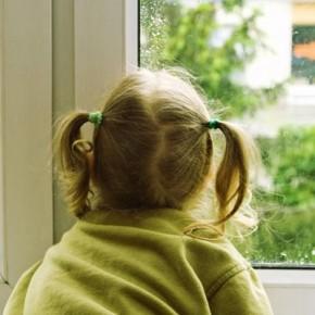 Из окна дома на Светлановском проспекте выпала 5-летняя девочка