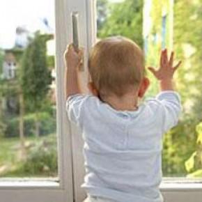 Очередной ребенок выпал из окна жилого дома в Петербурге