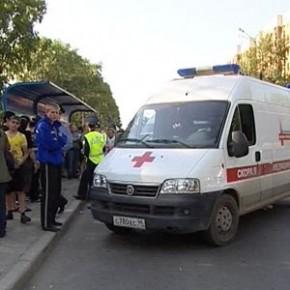 На Богатырском иномарка протаранила остановку: пострадали трое
