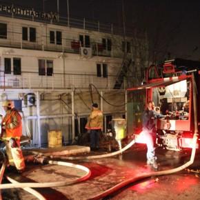 В центре Петербурга горела плавучая судоремонтная база