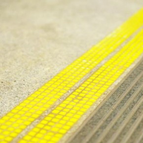Перед станциями метро прочертят желтые полосы стоимостью в 19 тысяч каждая