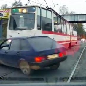 На Ириновском проспекте водитель трамвая проучил водителя