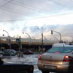Ленинский проспект затопило водой, движение транспорта затруднено