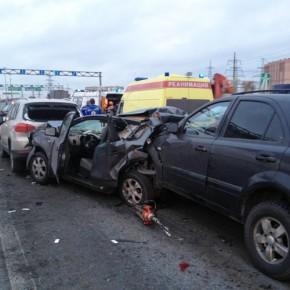 В аварии с тремя иномарками на дамбе у Кронштадта погибла женщина
