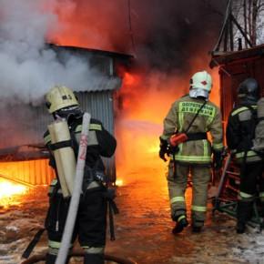 Пожар на Нефтяной дороге: выгорели 300 метров склада, обрушилась крыша здания