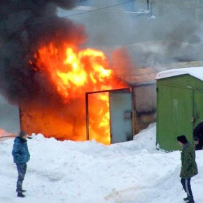 Пожар на Зольной улице: горели гаражи и автомобили
