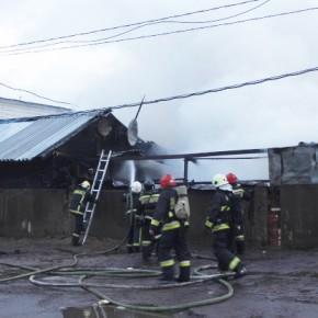 При пожаре на Якорной улице выгорели 6 гаражных боксов автосервиса