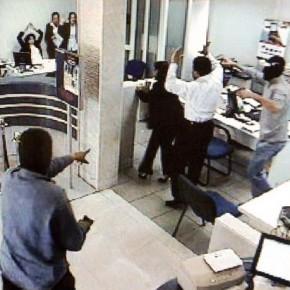 Ограбление на Пискаревском: из кассы банка вынесли 3 миллиона рублей