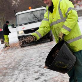 На улицы Петербурга с начала зимы высыпали 78 тысяч тонн соли и песка