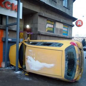 На Кондратьевском проспекте иномарка врезалась в магазин
