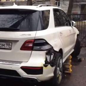 В Петербурге Mercedes пробив забор детского сада разгромил игровую площадку