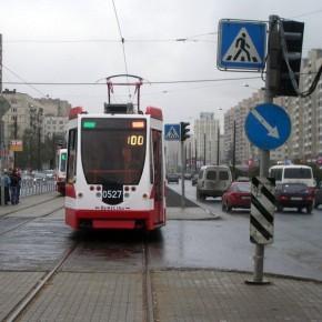 В Петербурге автомобиль сбил троих пешеходов на трамвайной остановке