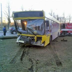 В ДТП на Пискаревском проспекте автобус снес осветительный столб