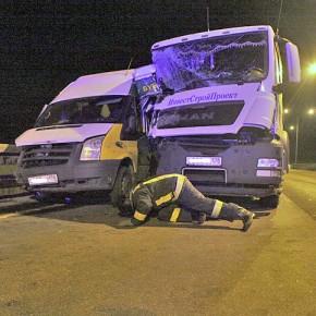 В ДТП на дамбе грузовик протаранил припаркованный микроавтобус с людьми