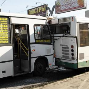 После автобусного ДТП на площади Конституции 8 человек попали в больницы
