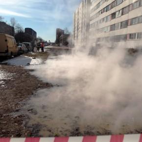 На проспекте Ветеранов в двух местах прорвало теплотрассу, движение ограничено