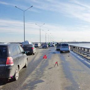 В серии массовых ДТП на дамбе пострадали до 50 автомобилей