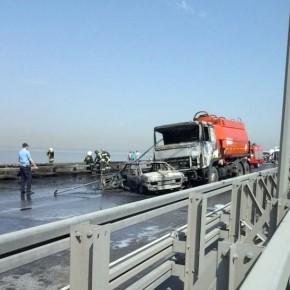 Бензовоз с 12 тоннами топлива загорелся на КАД в Петербурге