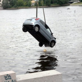В Петербурге в Малую Невку упал автомобиль, водитель выжил