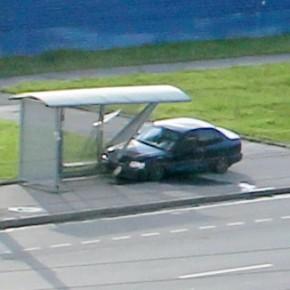 В аварии на Бухарестской столкнулись 4 автомобиля, один из них снес остановку
