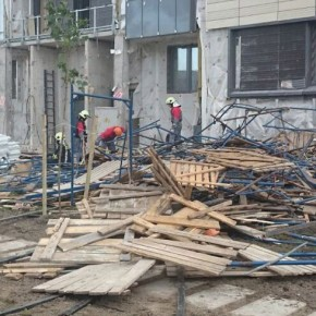 На Медиков обрушились строительные леса, 5 человек пострадали