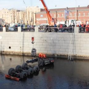 В Обводный канал, протаранив 9 машин, упал бензовоз с мазутом
