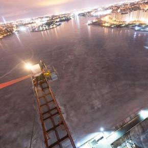 В Петербурге руферы забрались на кран, строящий ЗСД посреди Невы